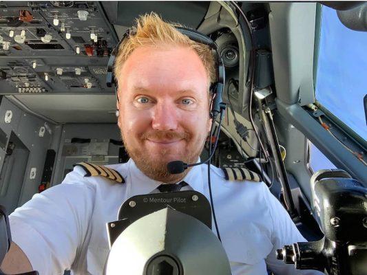 Mentour Pilot piloting a plane